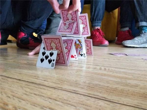 会议<a href=http://www.52tuandui.com/hudongyouxi/ target=_blank class=infotextkey>互动游戏</a>垒扑克牌